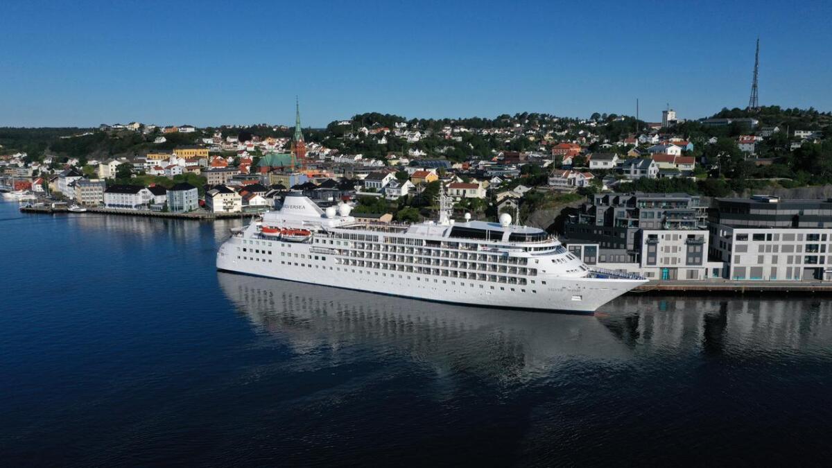 Cruiseskipene som besøker Arendal i år vil i løpet av de 77 timene de ligger til kai til sammen slippe ut like mye svovel som omtrent 700 biler gjør i løpet av et helt år. Bildet viser «Silver Wind», som var på besøk i Arendal 10. kuli.  Drone