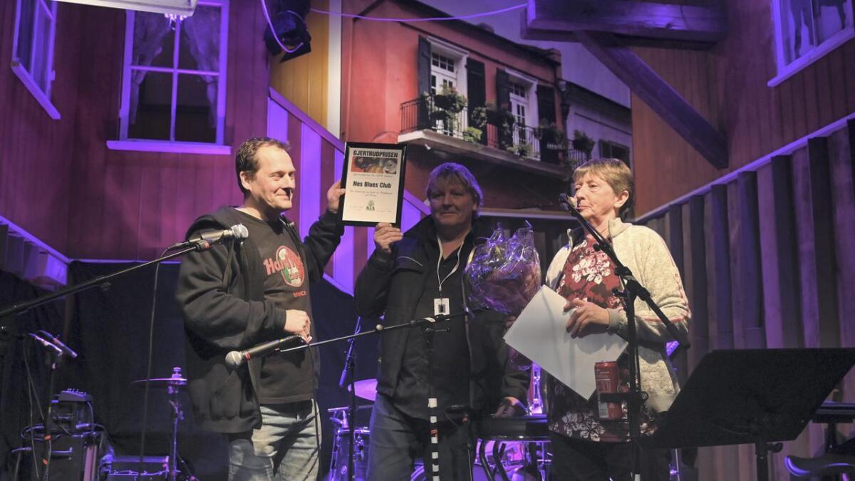 Lørdag kveld fikk Nes Blues Club Gjertrudprisen av Akershus kulturvernråd, og en sjekk på 20 000 kroner. Eva Marie Gran delte ut prisen til leder i Nes Blues Club Henrik Stefansen, og nestleder Jon Troli (midten). Begge
