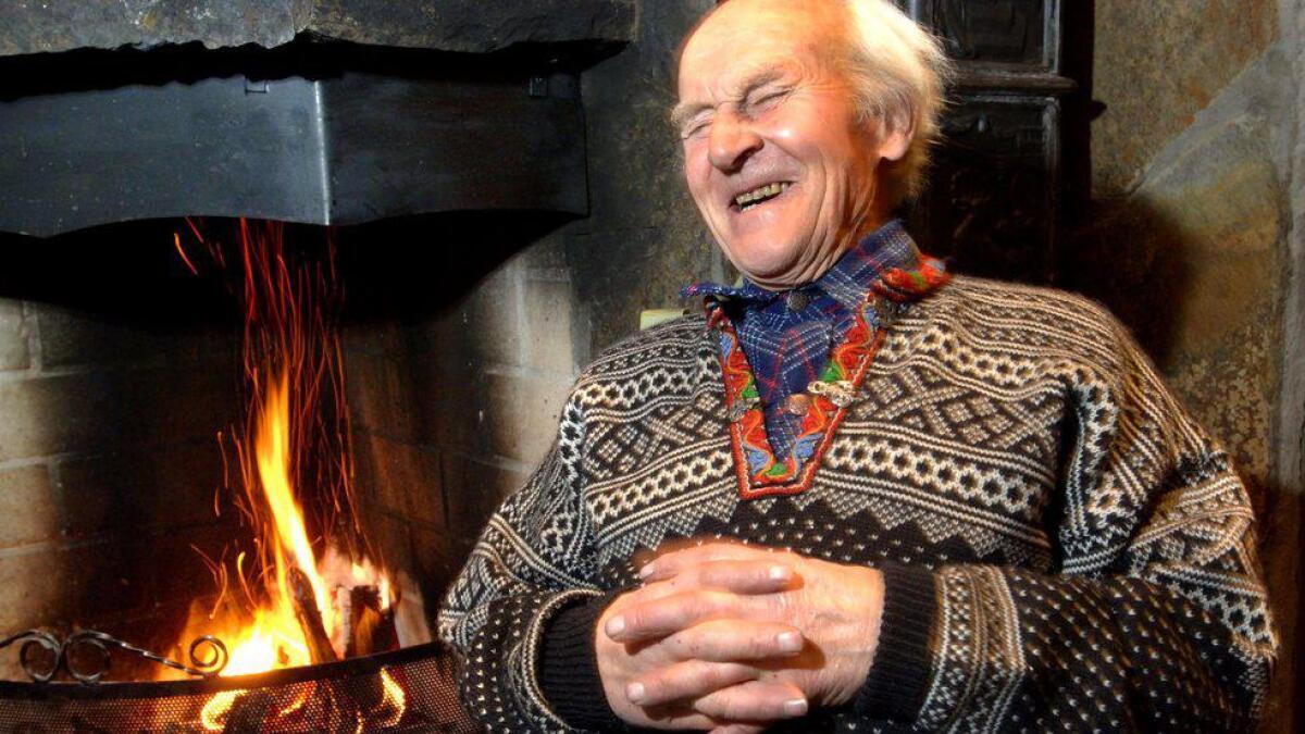 Ola Fauske ved peisen. Oktober 2005.