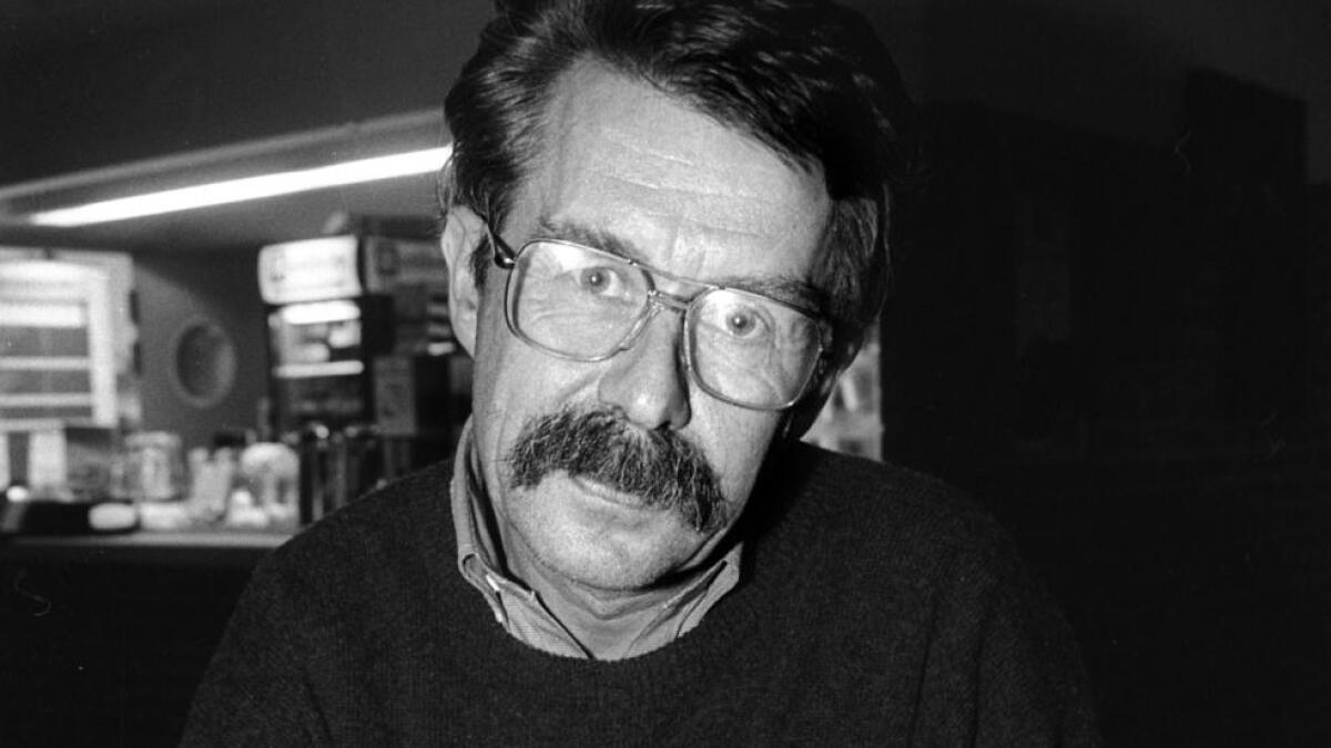 Arild Nyquist signerer bøker i Ål kulturhus.