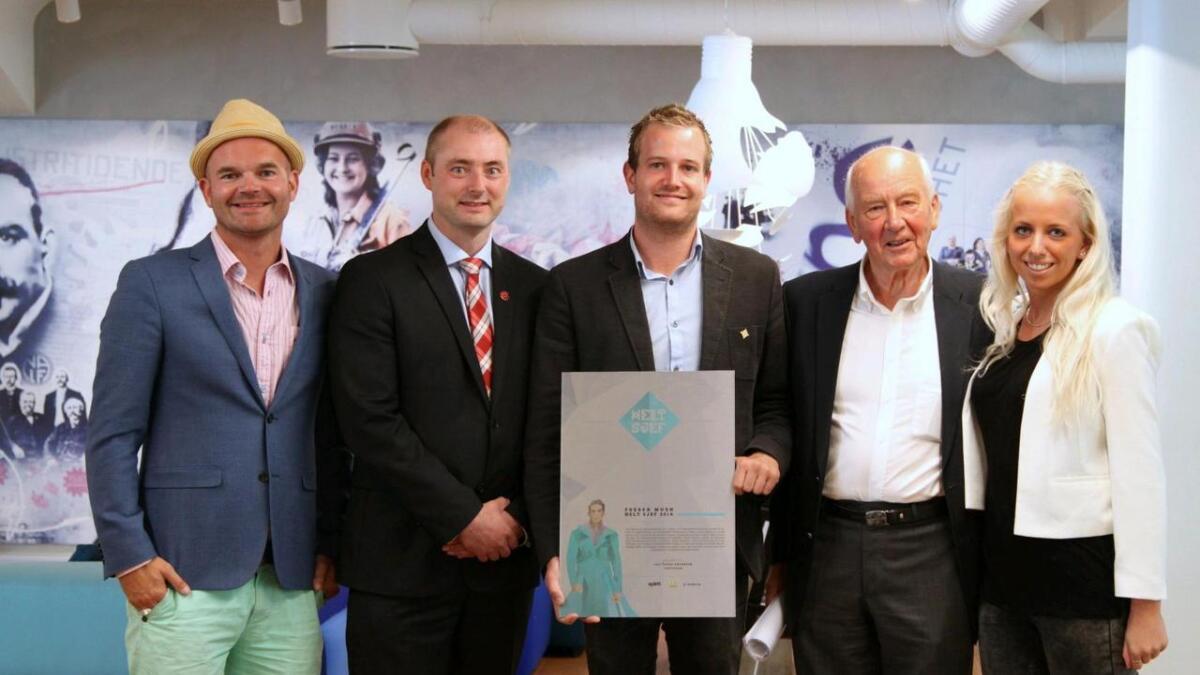 Årets vinner av Helt Sjef- prisen, med deler av juryen.