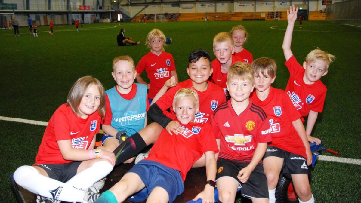 Sanna, Peder, Emilie, Abraham, Noah, Jesper, Frida, Theodor, Asbjørn og Lucas synes de lærer en del på Tine fotballskole i Blåbyhallen.