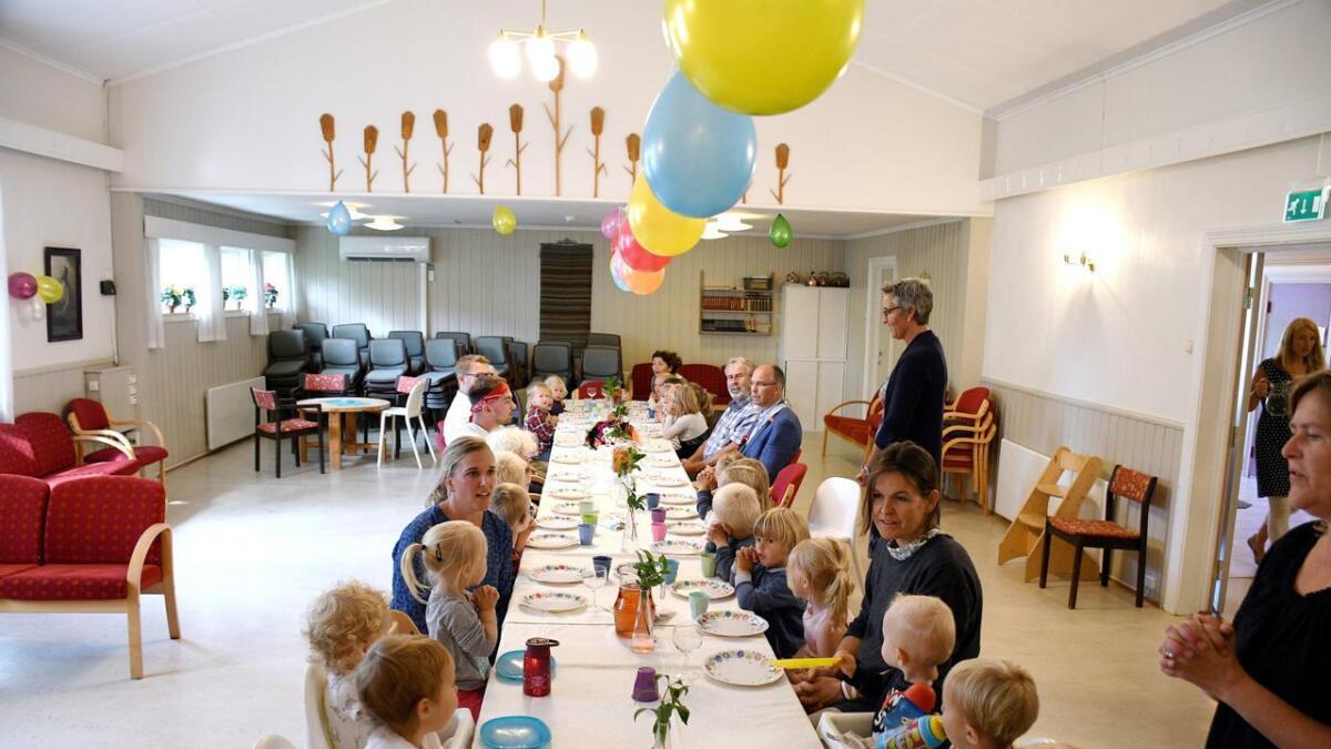 Barnehagen var dekket på med fargerike tallerkener og pyntet med ballonger i anledning 15-årsjubileet.