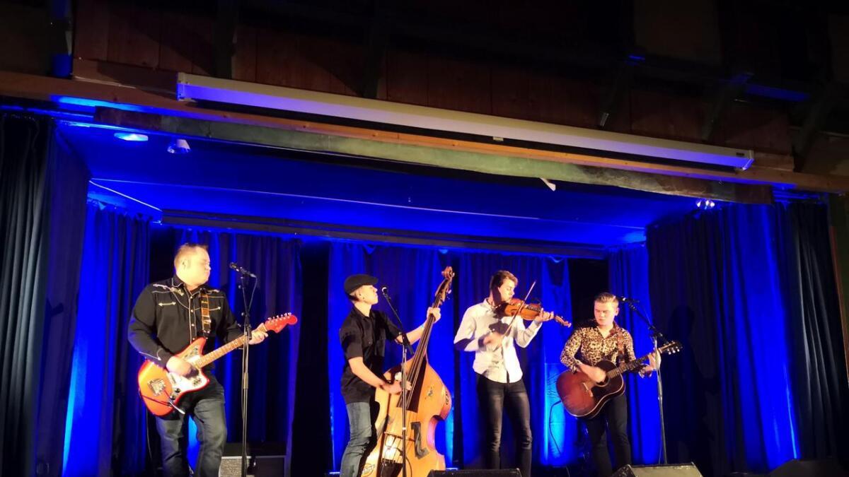Sondre Hegg (t.v.), Sondre Styve, Jonas Laupsa og Eivind Styve leverte ein konsert som lovar godt for vidare møte mellom folkemusikk og rockabilly.
