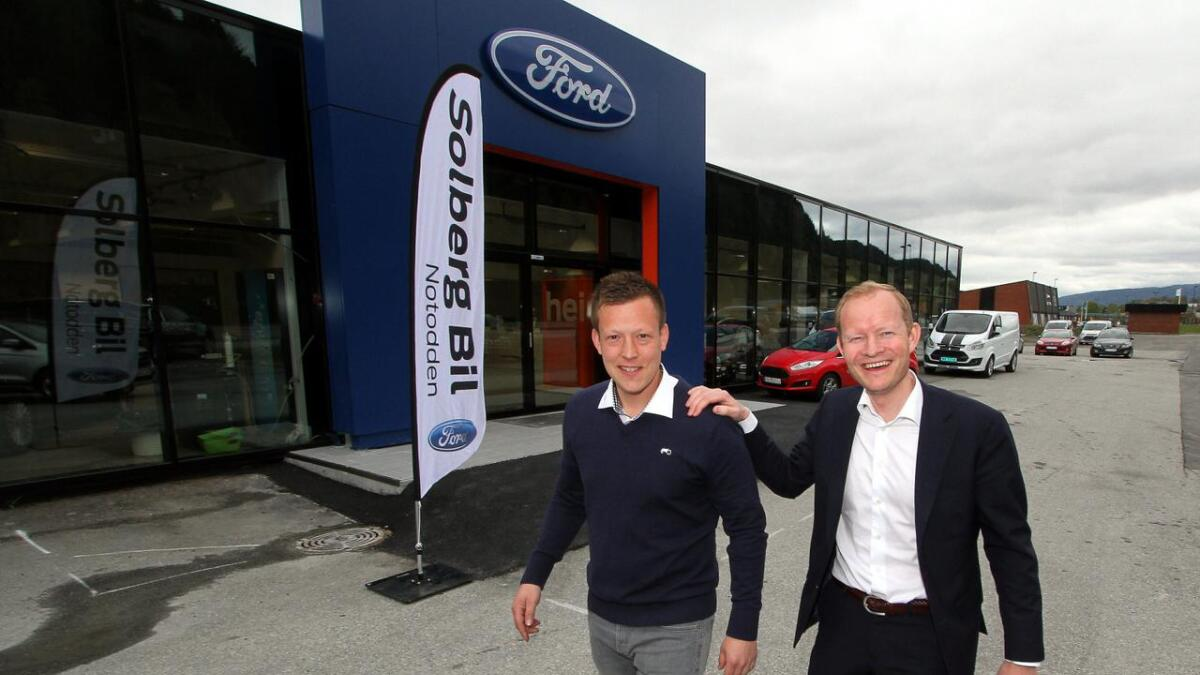 Solberg Bil hadde et godt år i 2017. Her daglig leder Ole Bernhard Solberg (t.h.) med Solberg Bil Notodden-leder Eyvind Fjelle.