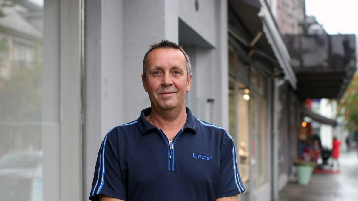 Stephen Clark er glad for å arbeida sentralt i den nye Inventum-butikken på Vangen.