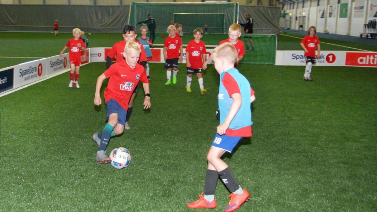 Det var full fart på fotballbanen i Blåbyhallen på Tine fotballskole.