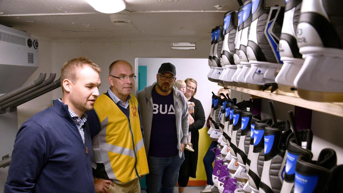 Ropstad ble imponert over arbeidet som gjøres i Bua i Grimstad og alt det flotte utstyret man kan låne her.