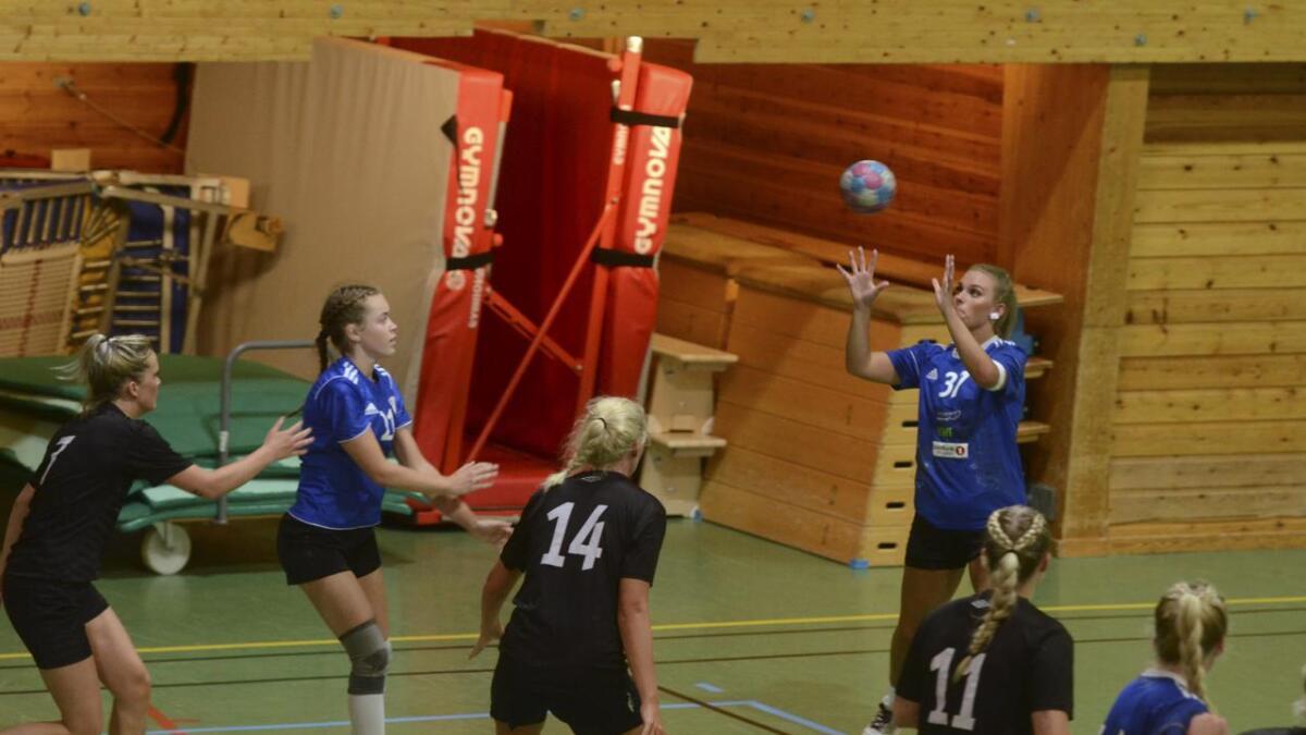 Katharina Gerling Olsen scoret 12 mot Kløfta mandag kveld. Maria Løkkevold (R&Å-spilleren til venstre) scoret to, og var en av tre 17-åringer i R&Å-drakta i denne kampen.