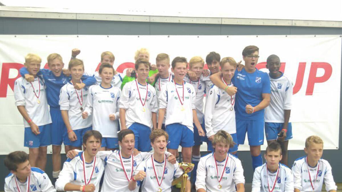 Birkenes IL G14 dro med seg seierspokalen etter en strålende helg i Danmark på Ramsing Cup. privat