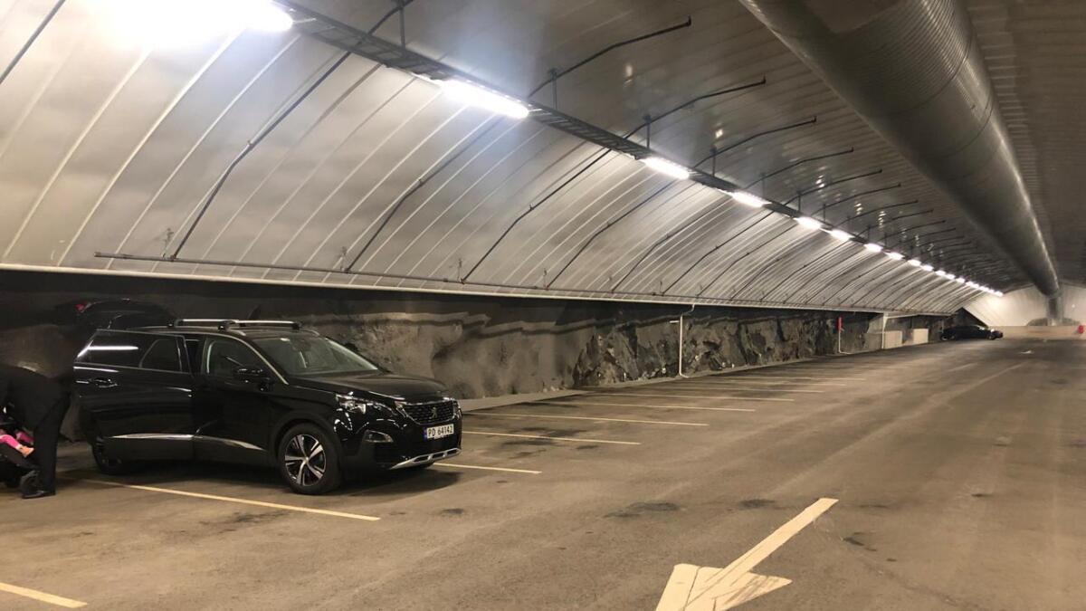 På utsiden står det at parkeringsanlegget er fullt. Men på innsiden er det nok av ledige plasser.