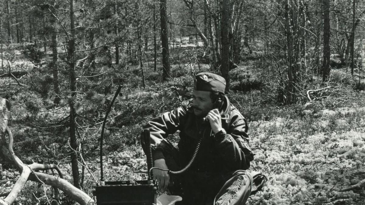 Alle hjelpemiddel var tekne i bruk. Her nyttar Ottar Sletten dåtidas mobiltelefon.