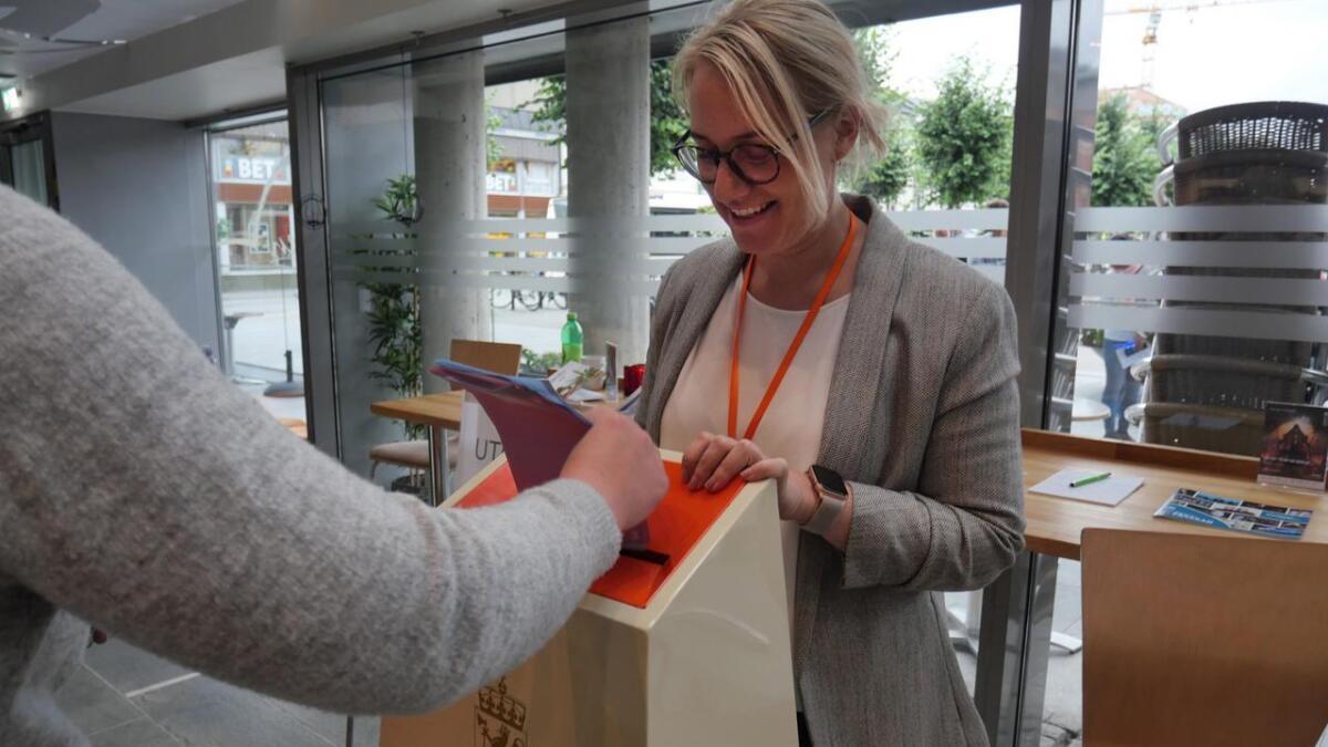 Valgfunksjonær Åse Landsverk i Arendal mottok mange stemmesedler i år.