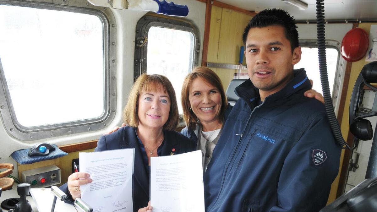 Avtroppende fylkesordfører Sonja Steen, ordfører Karianne Bråthen og fisker Stein Ronny Vornes etter kontraktinngåelsen.