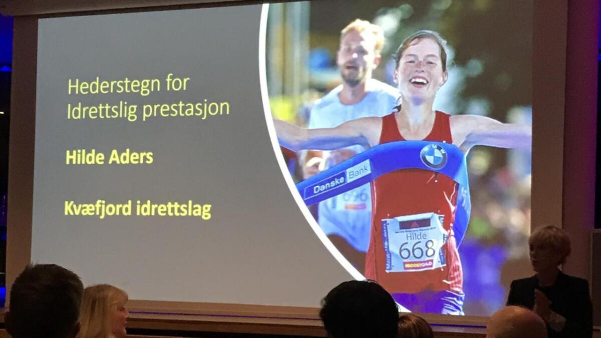 Hilde Aders fra Kvæfjord fikk Troms idrettskrets' hederstegn for stor innsats, bredt engasjement og flotte sportslige resultater på langdistanseløp.