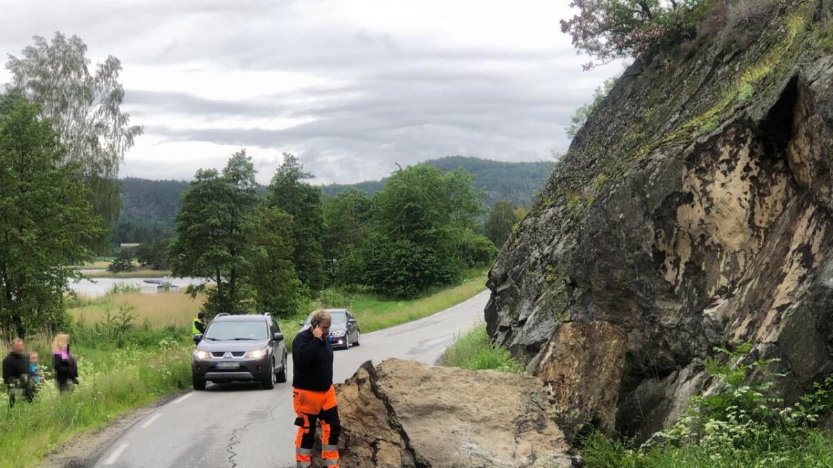 En stor stein raste ut fra fjellsiden onsdag ettermiddag.