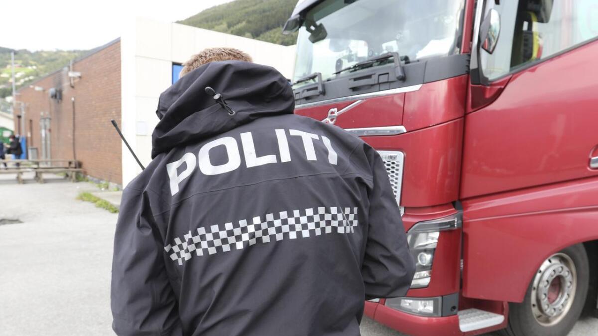 Politiet hadde fleire merknadar til sjåføren av denne bilen som vart stoppa på Vangen måndag føremiddag.