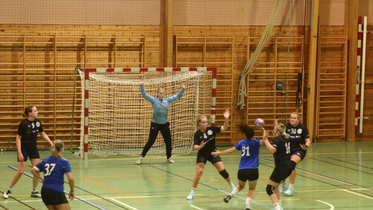 Her scorer Stine Opsann Findalen ett av kveldens fire mål under NM-kampen mot Høland. Til venstre, Katharina Gerling Olsen. Alle