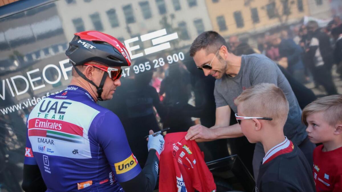 Her møter Teodor og pappa Anders Svegård Alexander Kristoff før fjerde etappe i Tour of Norway i Arendal.