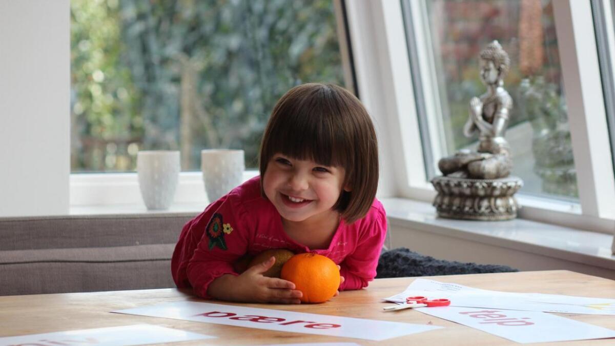 Noëmi Marielle synes det å lære seg nye ord er kjempegøy. Det mener mamma Therese er essensielt for en god utvikling i språkferdighetene hos barn.