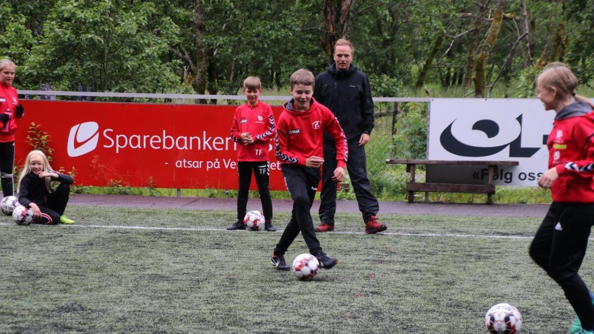 Preben Sandvik følgjer med på dei unge spelarane på fotballskulen på Geitabakken.