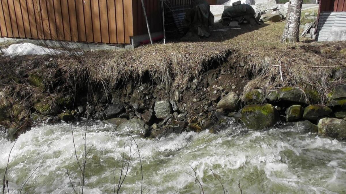 I Hovet har deler av elvekanten etter Bergsåne rasa ut.