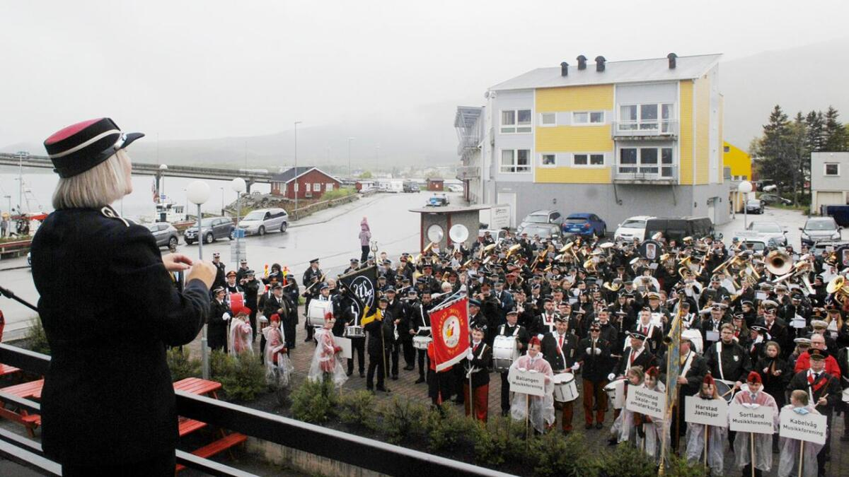 De hadde ikke øvet sammen, men Stine Sivertsen dirigerte alle korpsene i fellesnummeret «Den norkle løve».