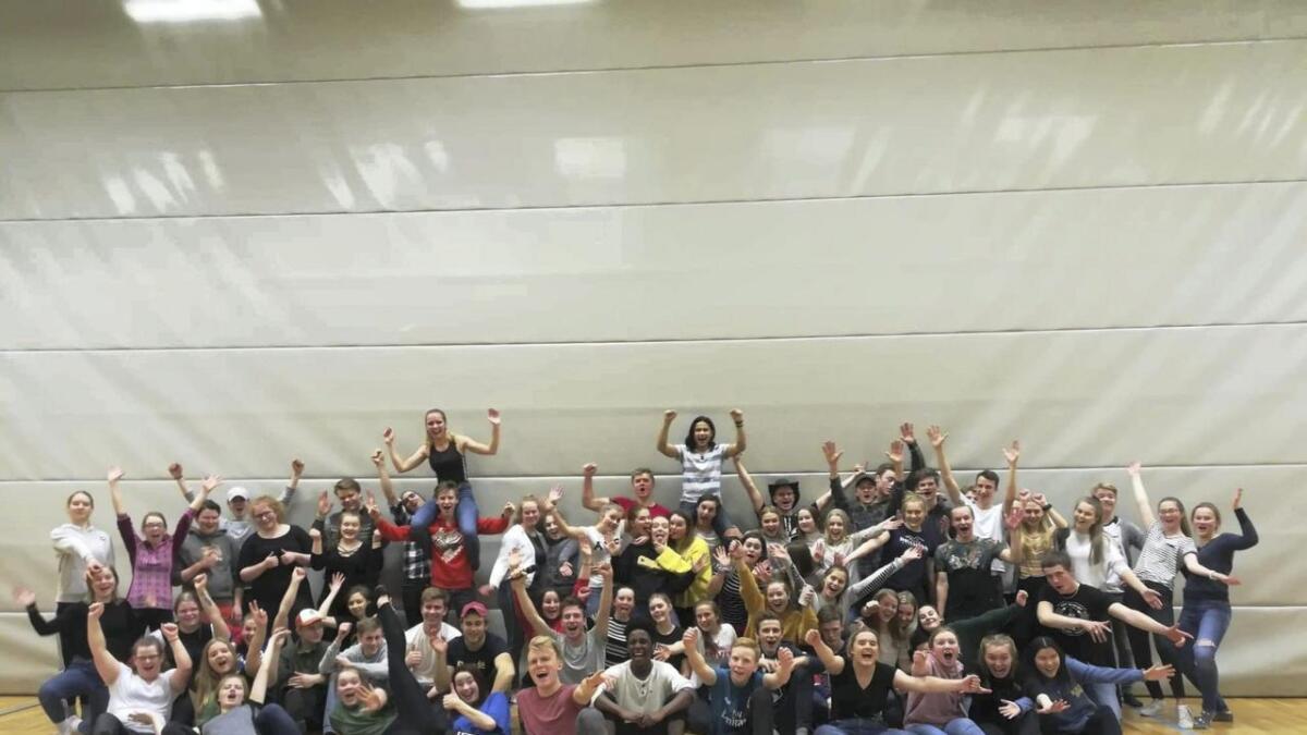 Nærare 70 ungdomar frå Voss gymnas og Voss vidaregåande er her samla på ein av kurskveldane i fjor. Tysdag startar ungdomane nye gratis swingkurs.