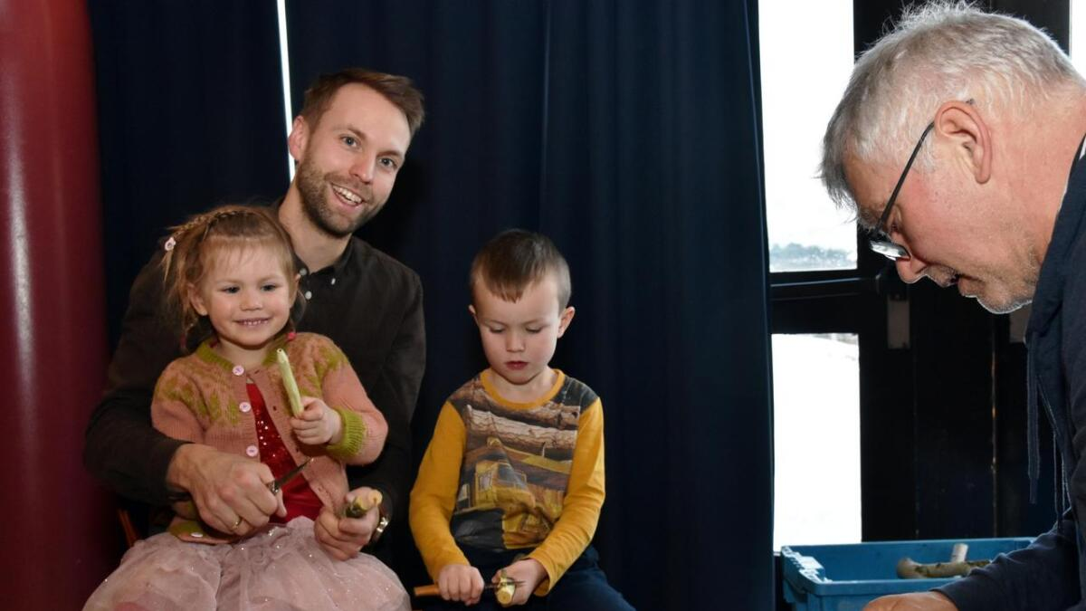 Klara Brun (3) og Olav Brun (6) får forsiktig prøve seg på spikking sammen med pappa Sindre Heimly Brun. Instruktør er Torgeir Thorsen.