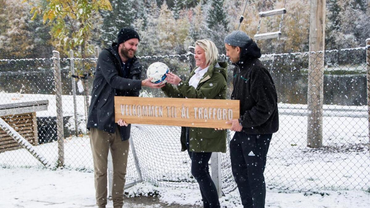 Sven Bisgaard Sundet og Tete Lidbom hadde med seg eit skilt i gåve til Randi Bakken i Hallingdal Feriepark.