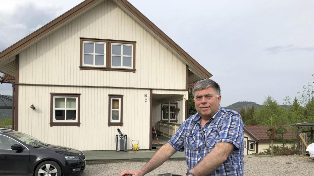 Bent Thorkildsen med dunken som steg i pris fra 3.904 til 7.808 kroner. Han etterlyser et mer rettferdige gebyrer for søppeldunkene.