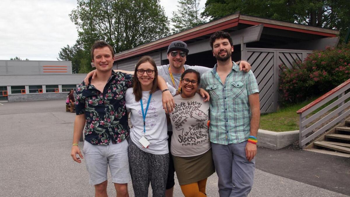 Noen av lederne på sommerleiren, disse fem har ansvar for det praktiske. Jonty fra England, Joanna fra Polen, Irene fra Norge, Leo fra Mexico og Richard fra Norge (bak).