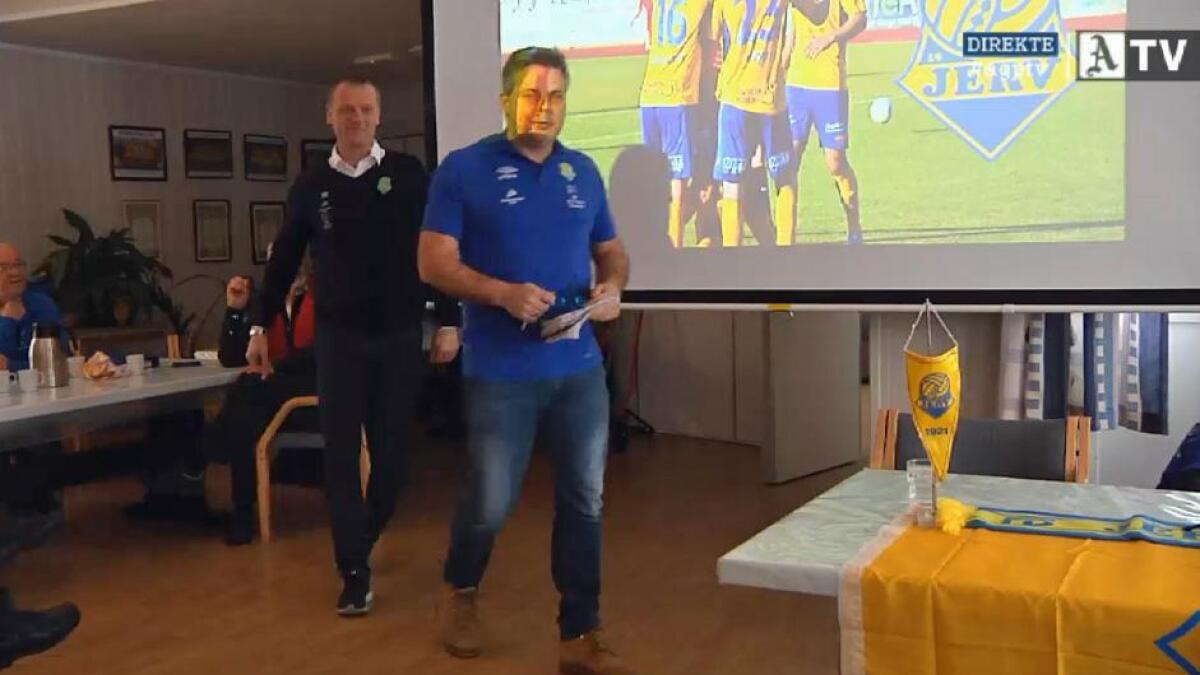 Her ankommer Jervs sportslige leder Cosmo Collett med klubbens nye hovedtrener, Arne Sandstø, pressekonferansen fredag.