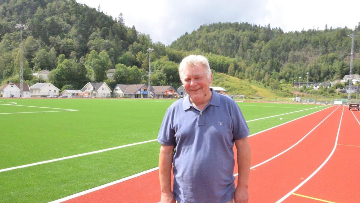 Park- og idrettssjef Jürgen Orf viser stolt fram det nye friidrettsanlegget på Moseidmoen som nå er inne i sluttfasen. Fortsatt jobber maskiner i bakgrunnen med ny tribune og adkomstvei. Fire løpebaner og 6 sprintbaner med titandekke står klar rundt den nye gressmatta. Hele anlegget har en økonomisk ramme på 32 millioner.