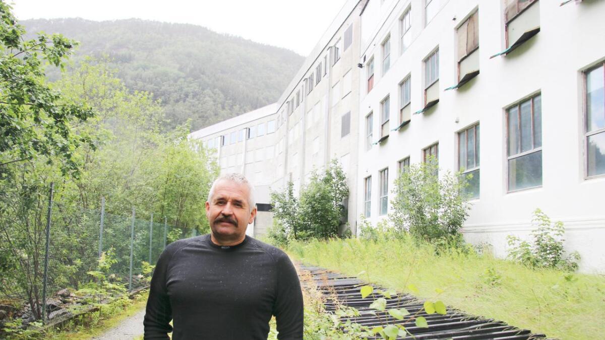 Ein ny straumkabel med kapasitet på 20 Megawatt skal førast fram til denne staden, på nedsida av fabrikken, opplyser Arild Stamnes.