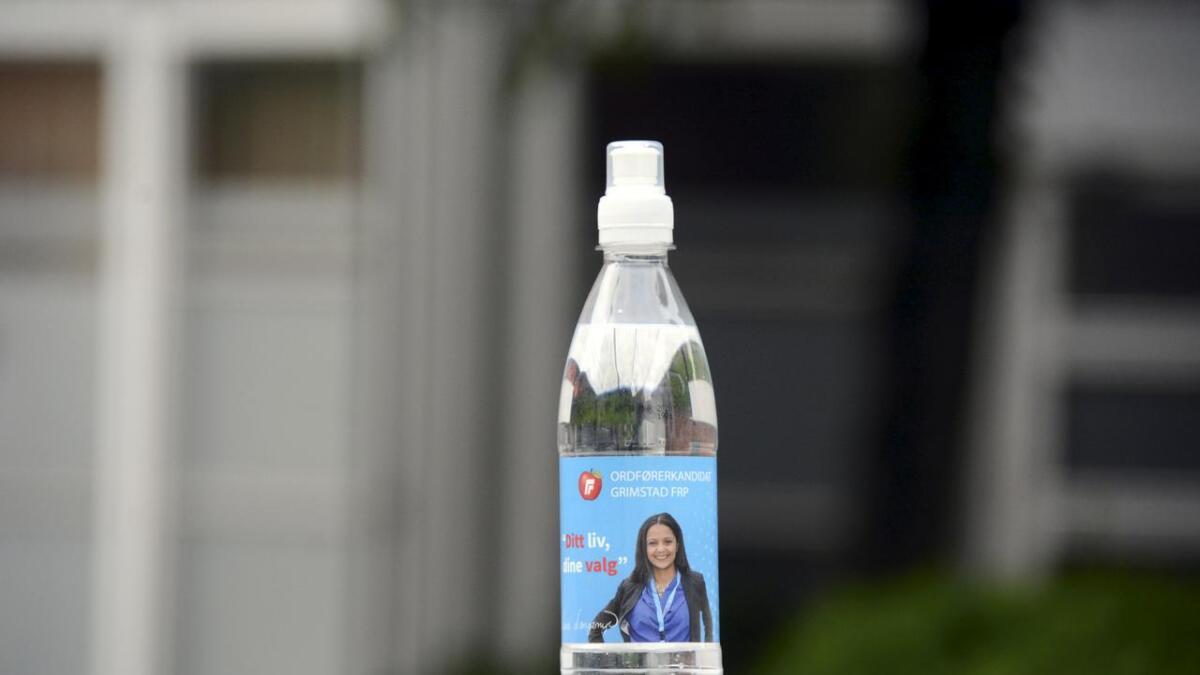 Slik ser vannet og vannflasken som Frp nå har delt ut. Der får ordførerkandidat Lene Langemyr pryde forsiden.