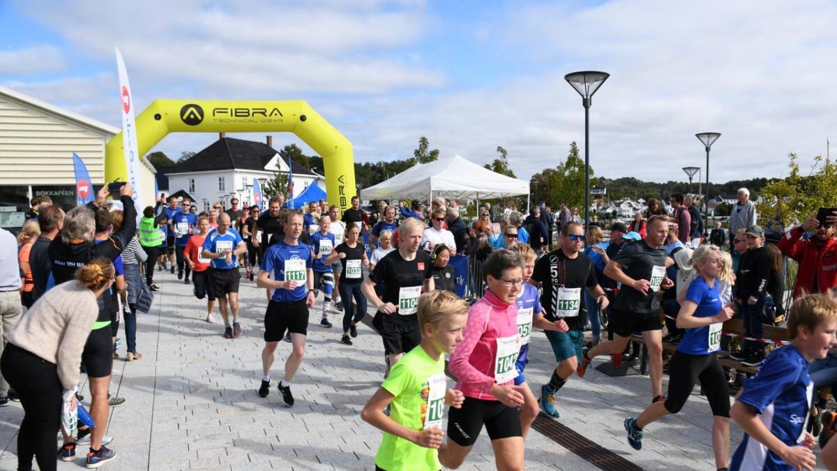 Det var mye folk, både løpere og publikummere på Grimstad Maraton i Byhaven søndag.