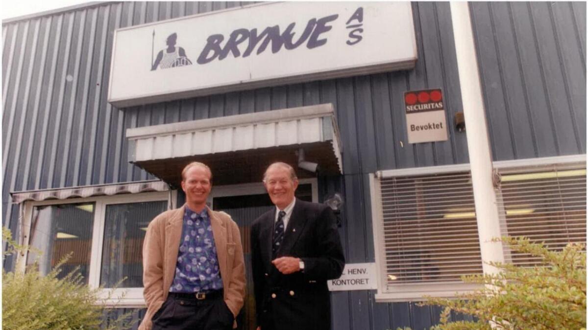 Odd Melsom (f.h), og sonen Bjørn Jacob framfor fabrikken i Larvik. Etter dei kjøpte merkenamnet Brynje, endra dei namn frå J. Jacobsen trikotasje og konfeksjon til Brynje Trikotasjefabrikk AS. No heiter verksemda Brynje of Norway.