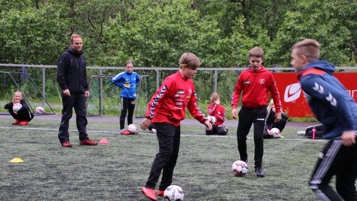 Jenter og gutar i alderen 7 til 12 år frå ulike delar av kommunen deltok på fotballskulen. Her saman med instruktørane Preben Sandvik og Even Johansen Indrebø.
