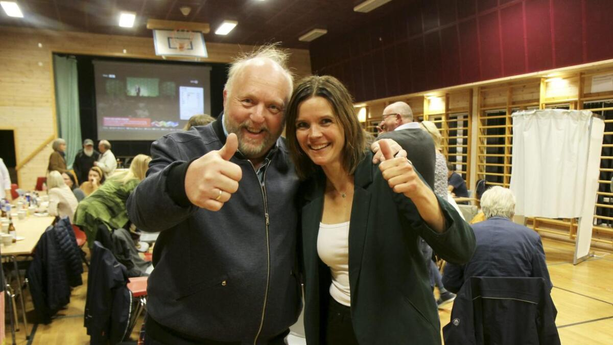 Borgar Torbjørn Kaasa og Siri Blichfeldt Dyrland jublar over valresultatet for Senterpartiet i midtfylket.