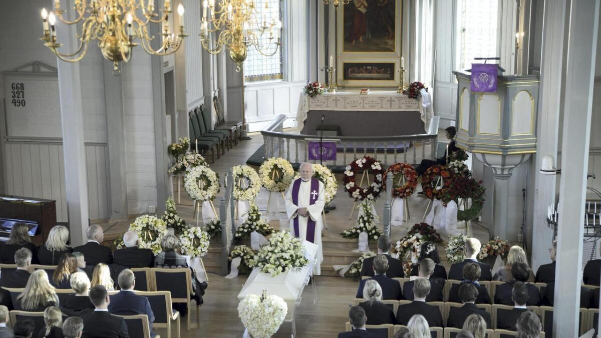 Ei fullsett Bremnes kyrkje tok eit siste farvel med rådmann Geir E. Aga.