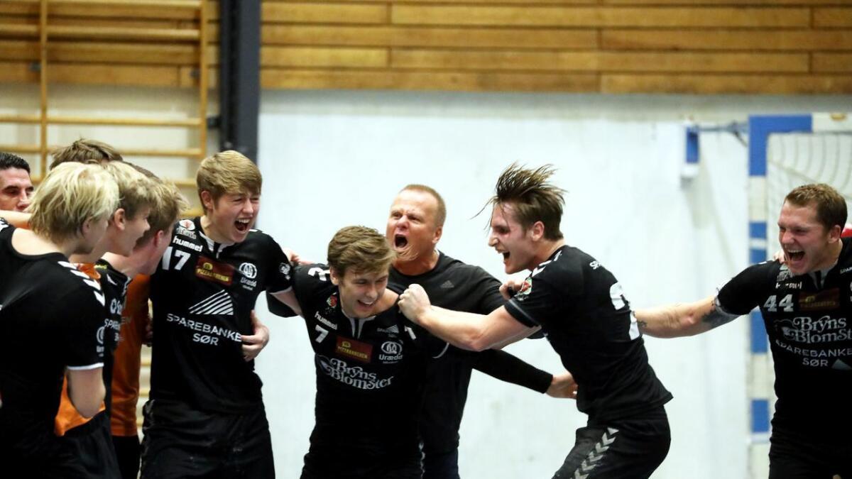 Det ble spontanjubel på toppnivå for vikarierende trener Rune Bjaaland og Urædd-gutta etter seieren.