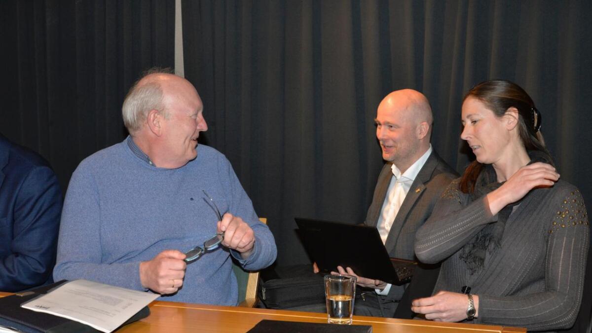 Torjus Stalleland (midten) og DHT Corporate Services fikk 1 million i suksesshonorar for Hove-jobben. Daglig leder i HDU, Terje Stalleland, og styremedlem Vibeke Svantesen flankerer konsulenten.