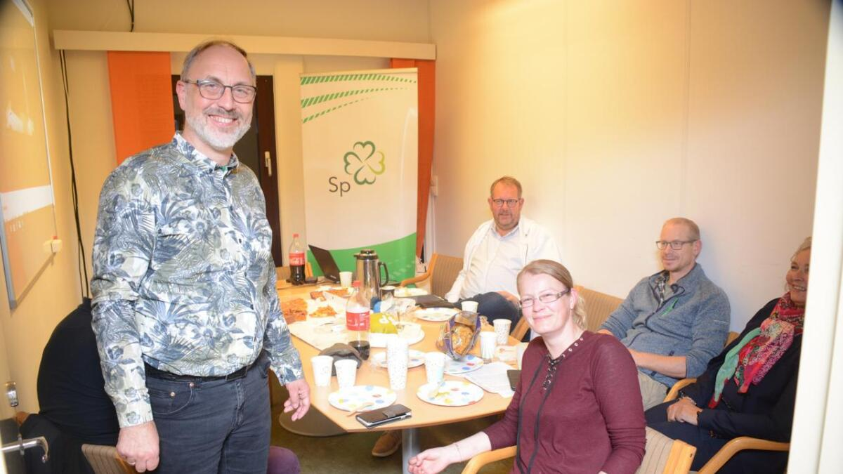 Ordførerkandidat Tore Stalleland (stående) og 2.-kandidat Gudveig T. Dalaker (sittende foran) er kjempefornøyd med valgresultatet.