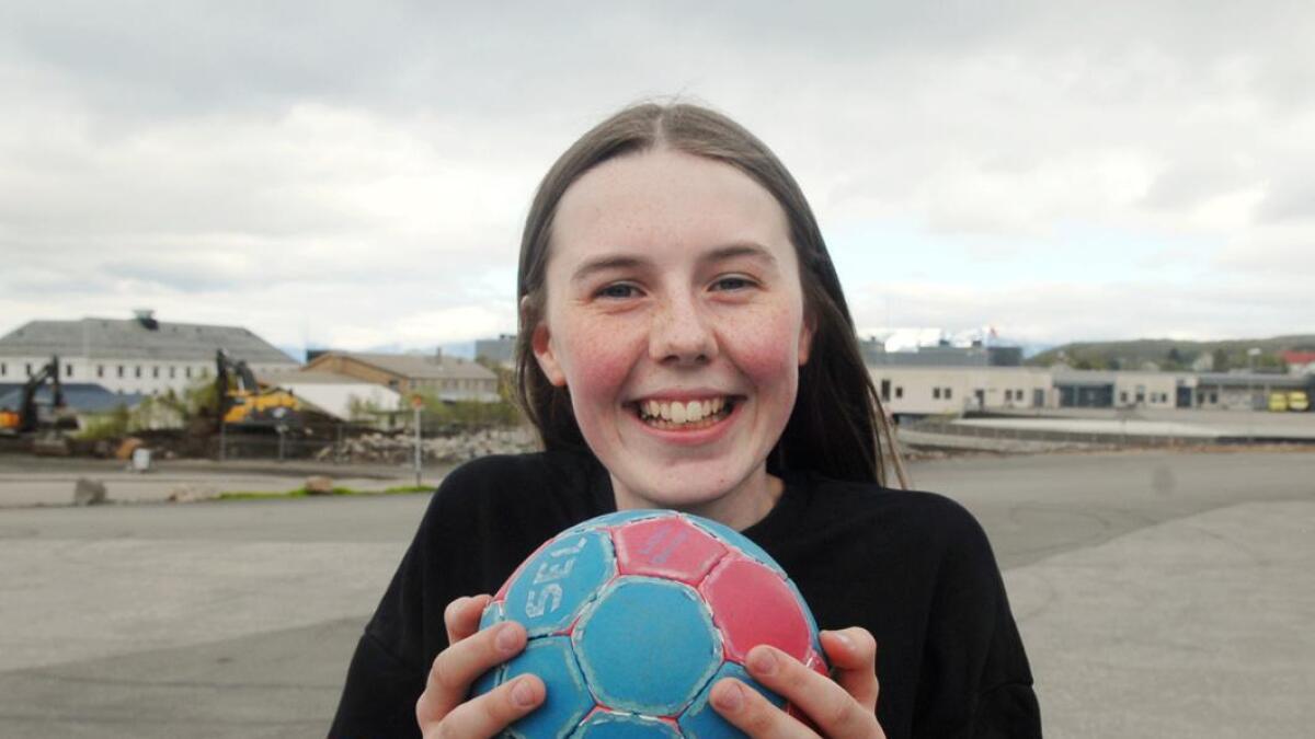 – Nesten alle jentene i klassen min spiller handball, sier Vilde.