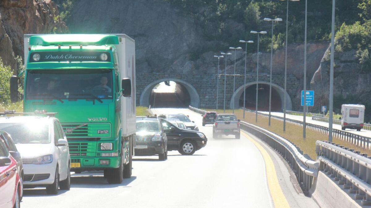 Flere bilister ble lei av å vente på at E18 skulle åpne igjen etter trafikkulykken i Skifjelltunnelen i Lillesand søndag ettermiddag, og valgte å snu og kjøre i motsatt kjøreretning.