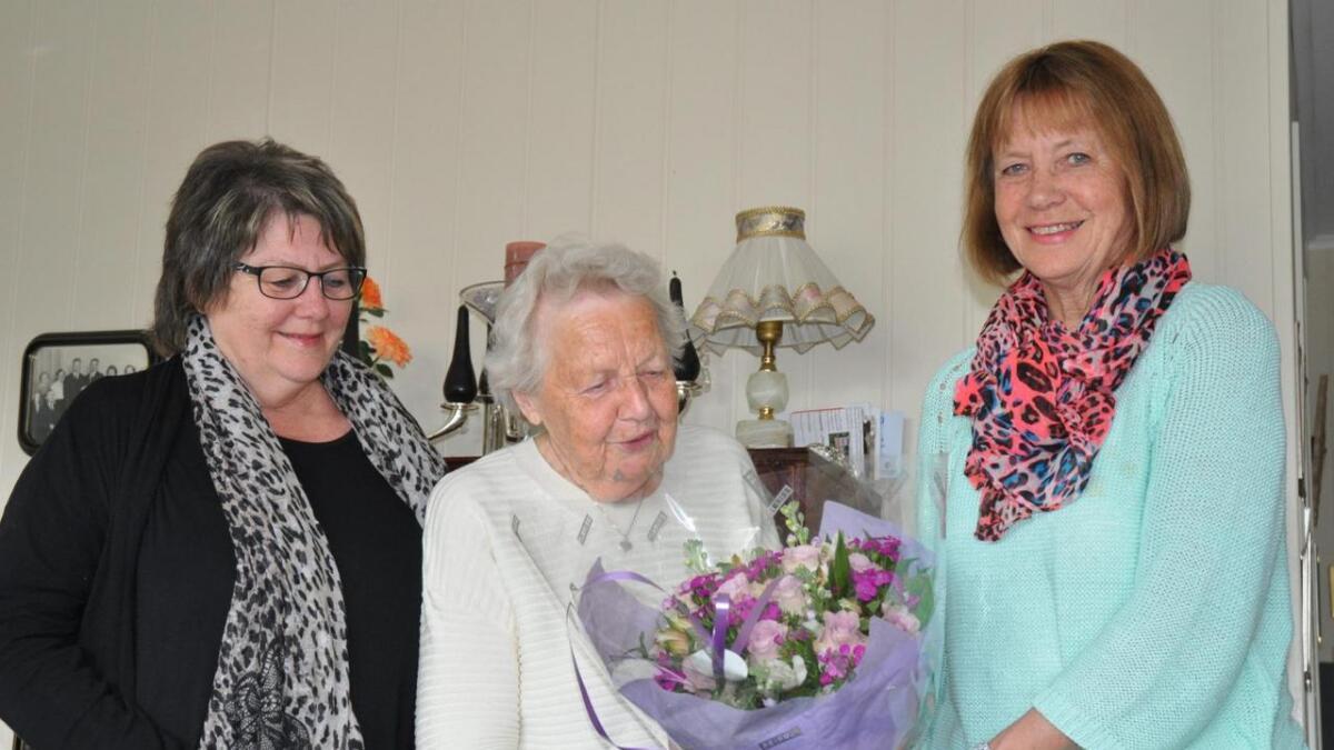 Snart 90 år gamle Tordis Bergsnov ble i år tildelt historielagets blomst for sin innsats for bygda gjennom svært mange år.
