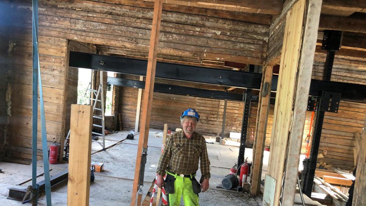 Det veier rundt 150 tonn, men neste uke skal Bjarne Lofthus ved hjelp av stålbjelkene han har over hodet få den gamle Britannia-gården i Arendal til å sveve.