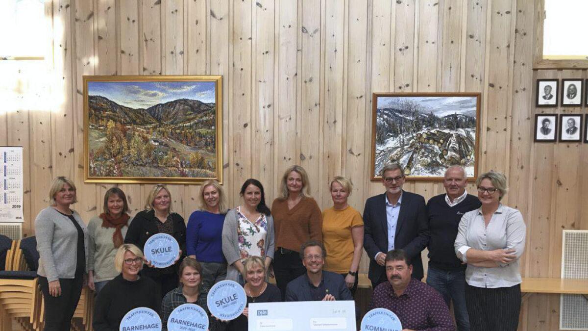Leiargruppa i Tokke kommune, saman med representantar for Trygg Trafikk og Telemark Fylkeskommune, med sjekk og bevis på at dei no er ein «Trafikksikker kommune». Båe