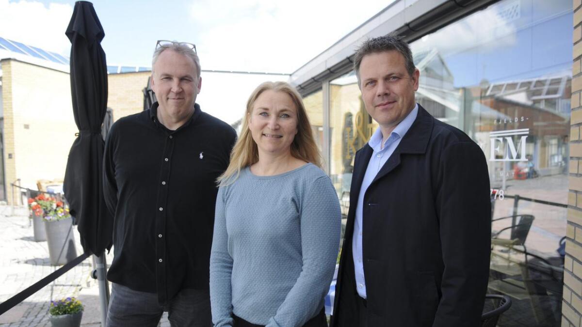 Kulturhusleder Ola Andre Olsen, Hilde Myrbråten Opaker ved Nes bibliotek og Raumnes-redaktør Fred C. Gjestad inviterer til valgdebatt i Kulturkafeen 13. juni.